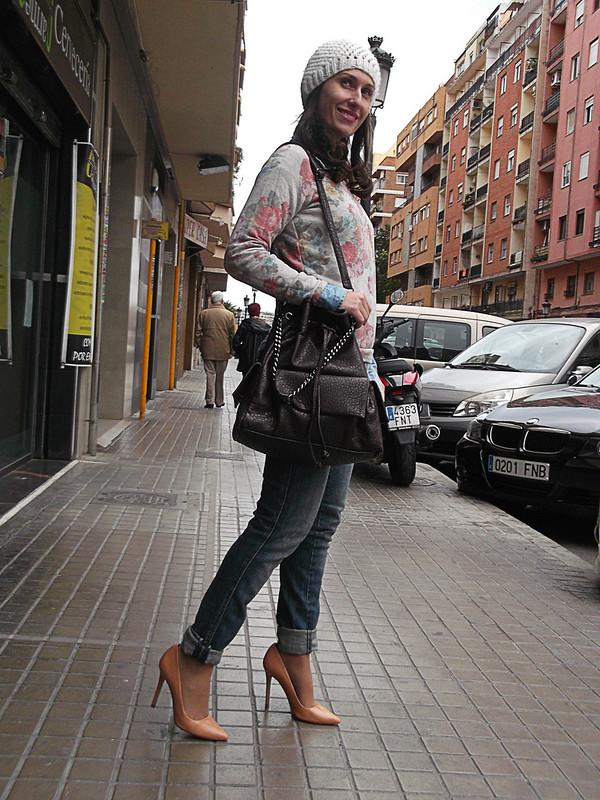 street style, vaquero, camisa denim, sudadera de flores, stilettos nude, beanie blanco, bolso bandolera marrón, jeans, denim shirt, flowers sweatshirt, nude stilettos, white beanie, brown shoulder bag, zara, zara kids, parfois
