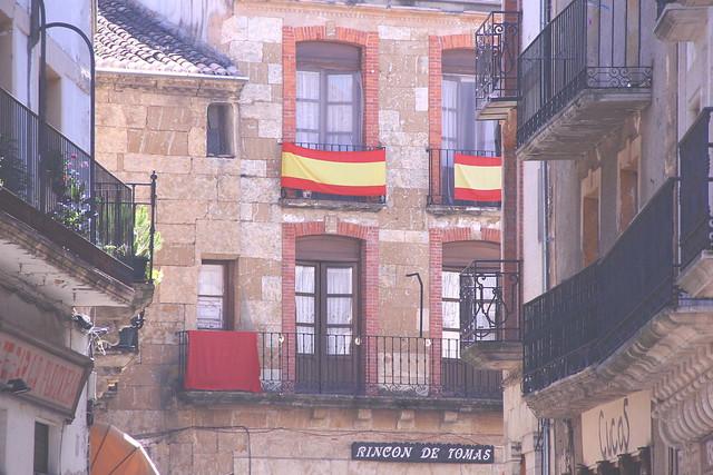 ciudad rodrigo windows and flags