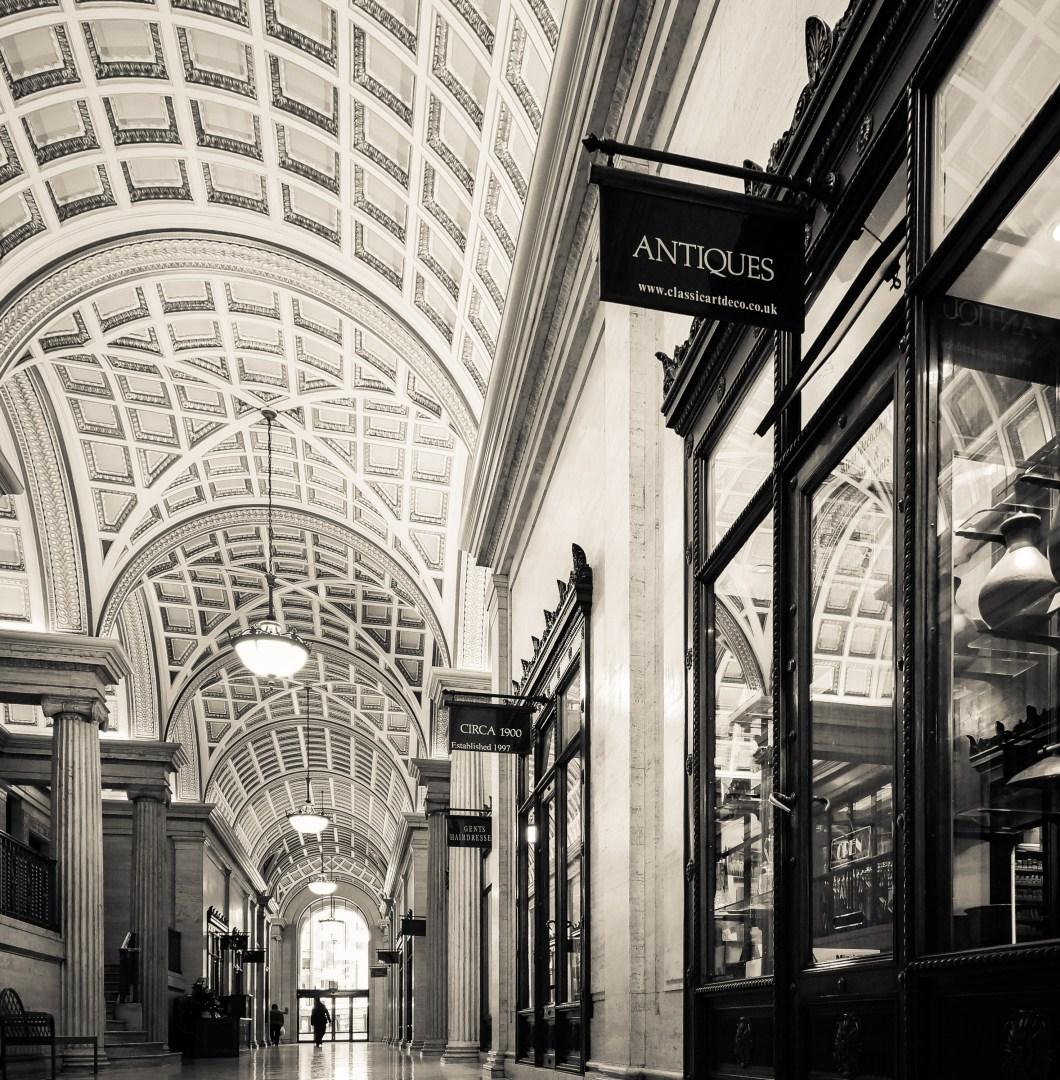 Foto gratis de una tienda de antigüedades dentro de un centro comercial