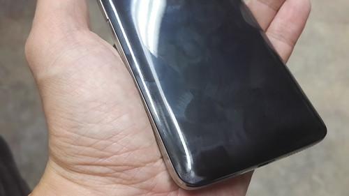ฝาหลังของ Alcatel One Touch Idol X+ มันเงา เลอะคราบมันจากมือง่าย