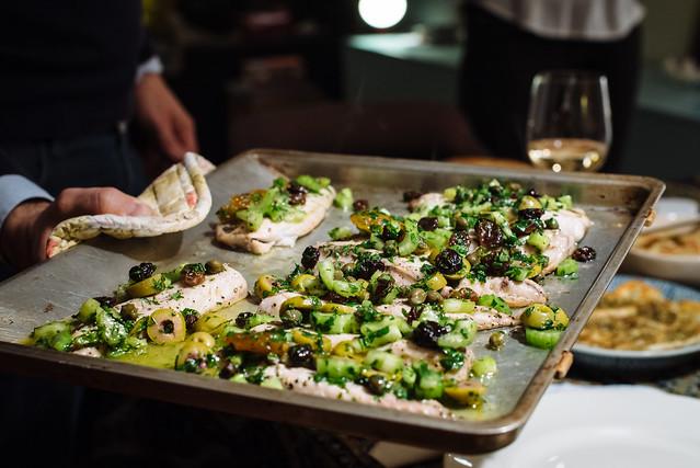 Gegrilde makreel volgens Ottolenghi met een salsa van bleekselderij, olijven en rozijnen