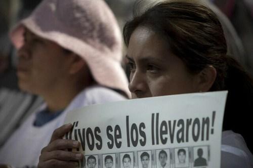 Protesta contra el titular de la Procuraduría General de la República, Jesús Murillo Karam, por el supuesto cierre del caso Iguala, el pasado 2 de enero. Foto Xinhua