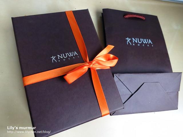 左邊是飾品禮品盒,右邊是可以相容的小紙袋。