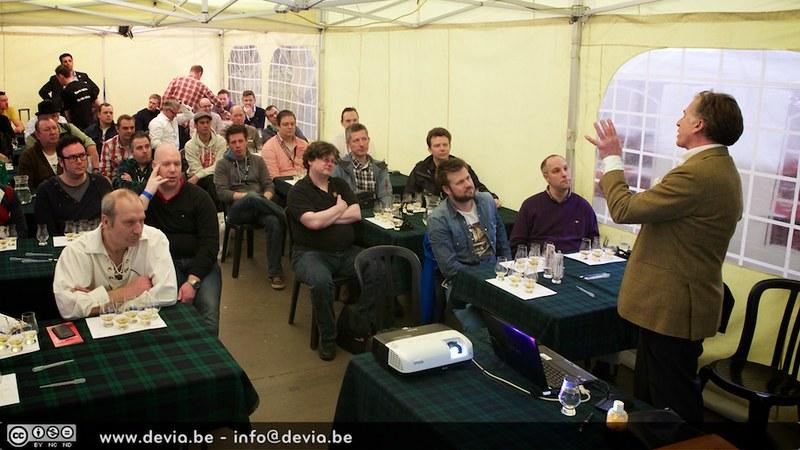 Ronnie Cox (The Glenrothes Brand Ambassadeur) had weinig woorden nodig om iedereen aan zijn lippen te laten hangen (Whisky Festival Gent)