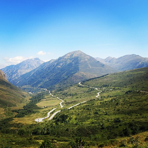 This is the view from even halfway of the top of Andorra... I can see that I was riding waaaaay over thereee. Woah I still can't believe this... I made it with my coffee bike. Miracle happens... さっきまであっちの道走ってたんだぁー。未だに信じられない。私、本当にアンドラさん九十九折の道をひとりで登っちゃったんだぁ