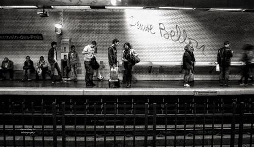 people at métro platform Saint-Germain-des-Prés