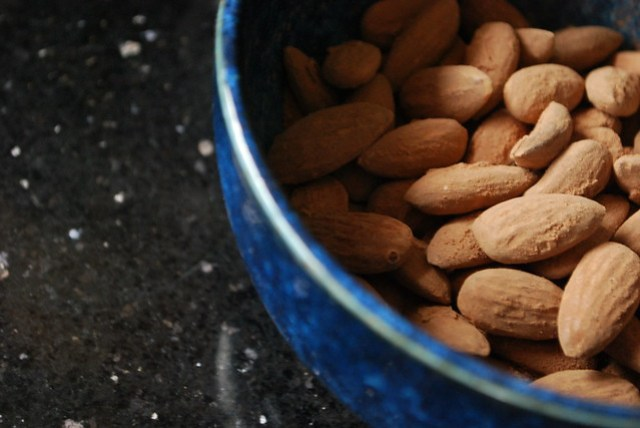 Coca-dusted almonds
