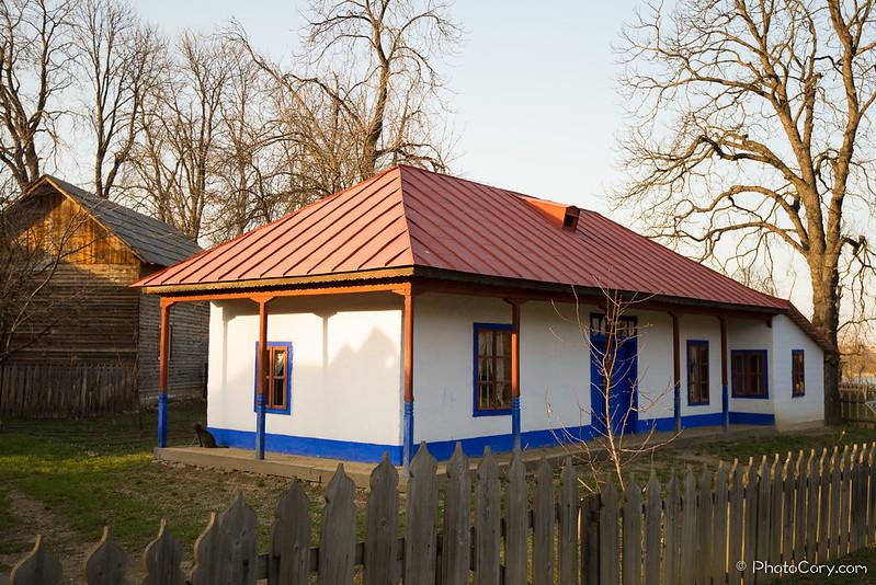 casa rosu si albastru la muzeul satului, Jud Buzau
