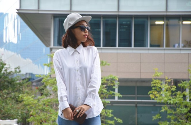 Oversized white blouse, grey leather cap, fossil leather wallet