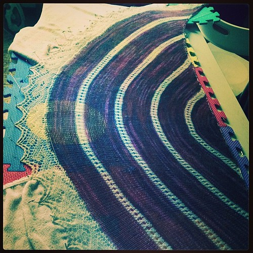 Scialle in bloccaggio #instaknit #lavoroamaglia #fattoamano #serialknitter #knit #knitting