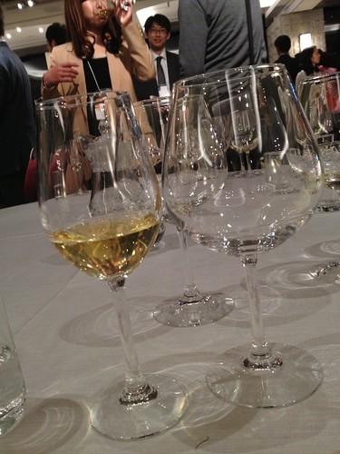大きなワイングラスに移して香りを楽しみます@TAP&BOXオープニングパーティー