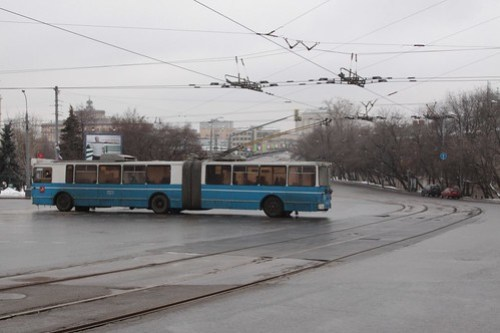 Articulated trolleybus crosses the tramway at Solyanka ulitsa and Ustyinskiy proyezd