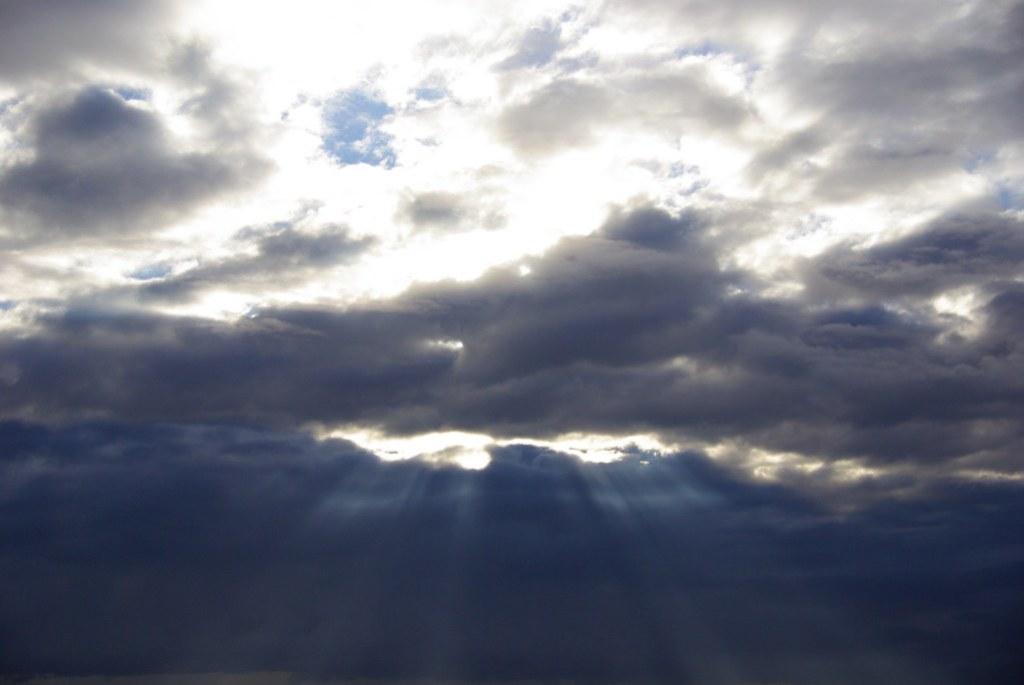 Imagen gratis de un amanecer con rayos de sol en el cielo