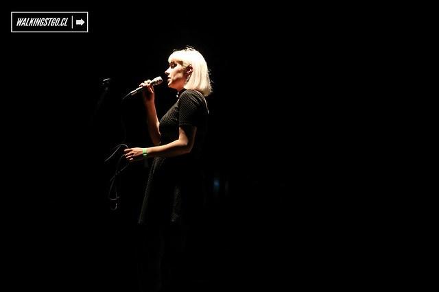 """Molly Nilsson en vivo en el Teatro Cariola de Santiago en el lanzamiento del nuevo disco de Protistas """"NEFERTITI"""" 28.11.2014 / Fotos por Miguel Inostroza Godoy"""