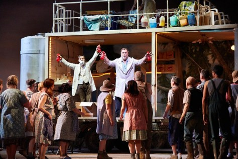 Bryn Terfel and the cast of L'elisir d'amore © ROH.Mark Douet, 2014
