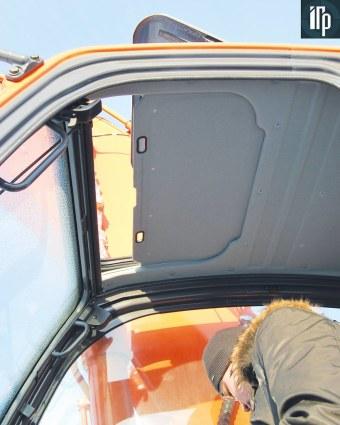 На крыше Doosan DX225 есть люк