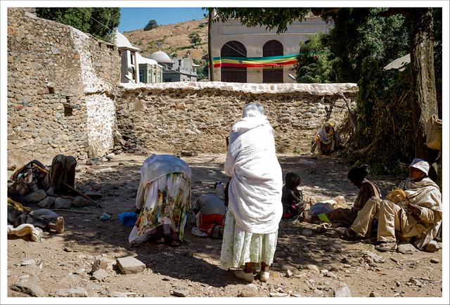 Mujeres inclinándose ante el templo del arca