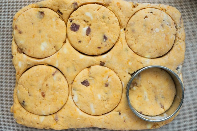 biscuit cutting