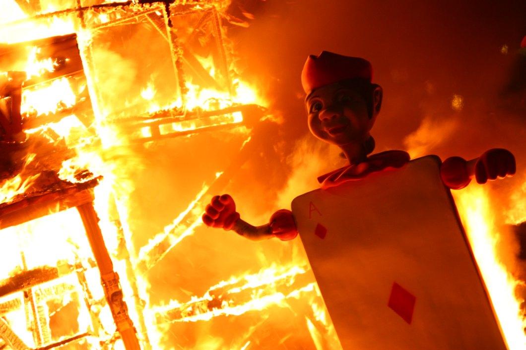 Foto gratis de un ninot ardiendo con el resto de la falla