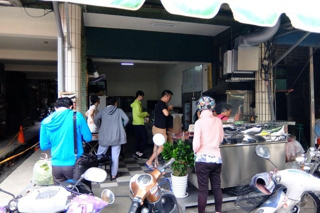 """在楠梓市場內有一家早餐店,沒有招牌卻吸引許多顧客上門買早餐,就是這一家""""大男孩早餐館"""""""