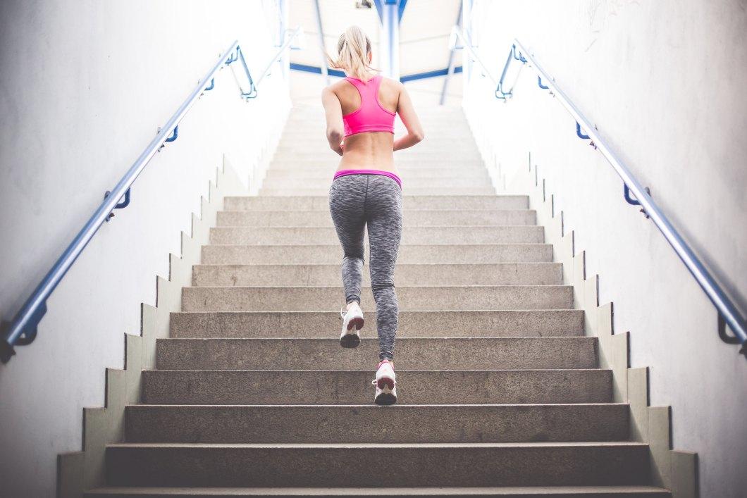 Imagen gratis de una chica runner subiendo escalerras