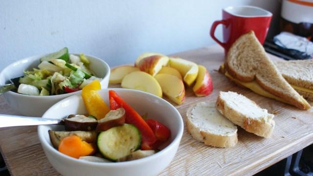 Moederdag ontbijt koffie boterham appel groenten salade stokbrood