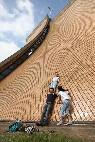 台中東海大學「路思義教堂」:倚在教堂牆(10.2ys)