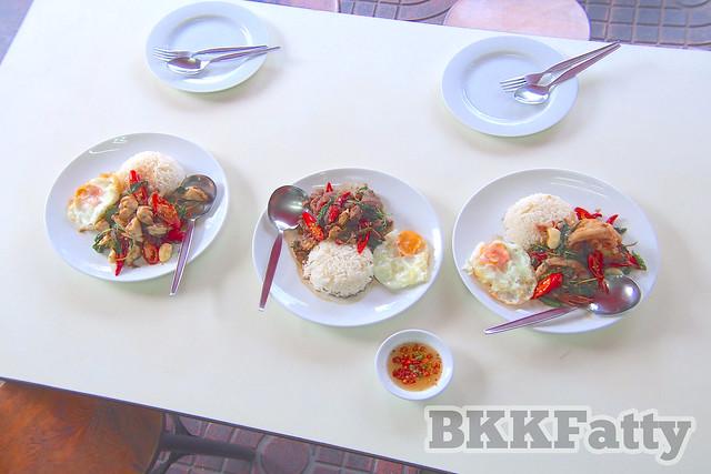 2 types of street food krapow at jay fai