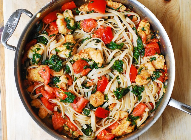 la pasta de ajo camarones, recetas de tomate fresco, pasta de tomate, pasta de espinacas, mantequilla de ajo pasta de espinacas