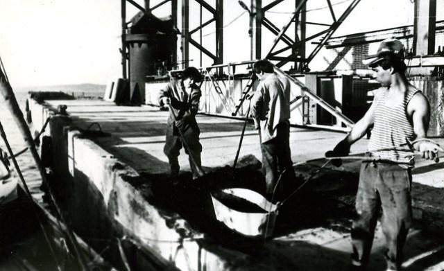 Весна пароход в доке Буммаша кладём цемент
