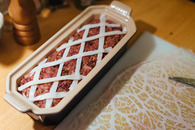 Paté de campagne: nog wat reepjes bardeerspek over de vulling