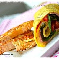 Rollo de tortilla con jamón, tomate y rúcula