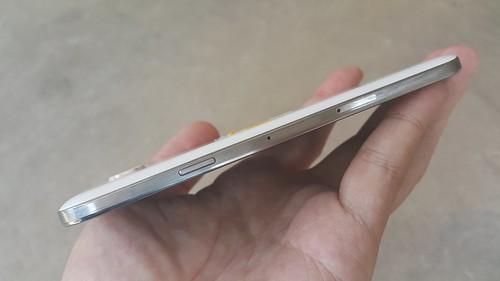 Samsung Galaxy E5 ด้านขวา
