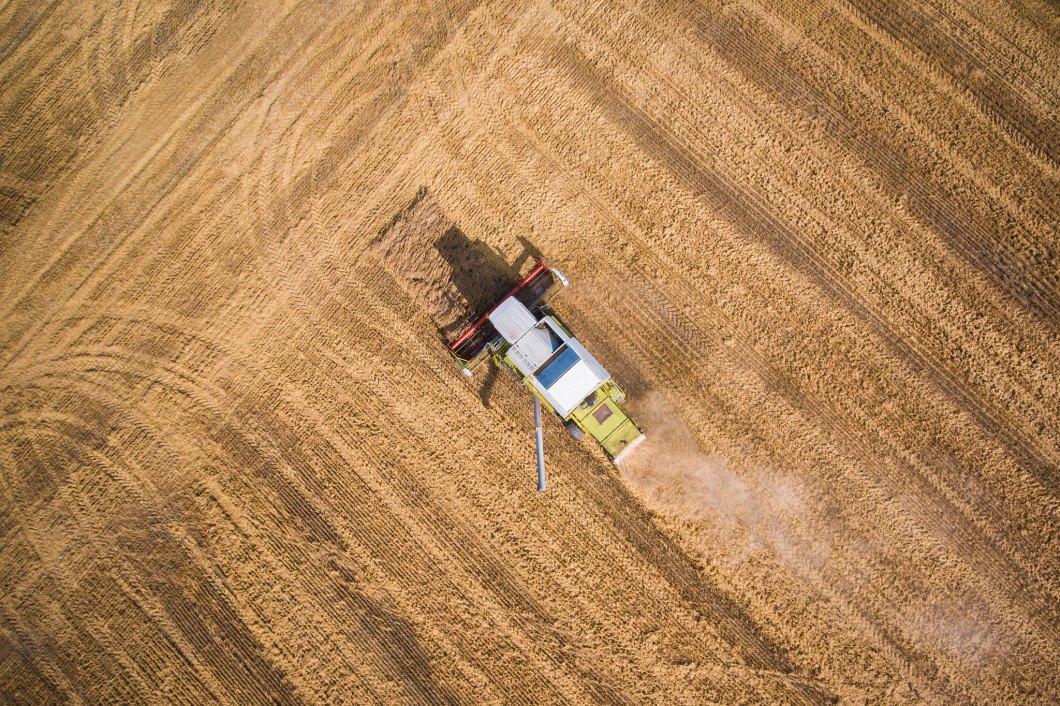 Imagen gratis de una cosechadora desde un plano cenital