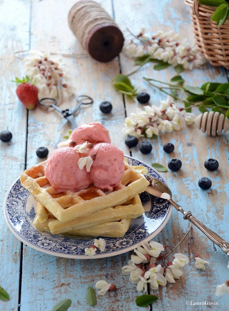 waffle multicereale al latticello con gelato allo yogurt greco con fragole, mirtilli e miele d'acacia