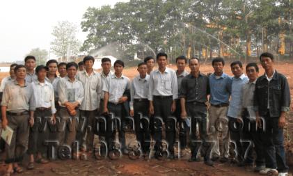 Tưới phun mưa cho cây mía - ảnh do Mía đường Nghệ An cung cấp