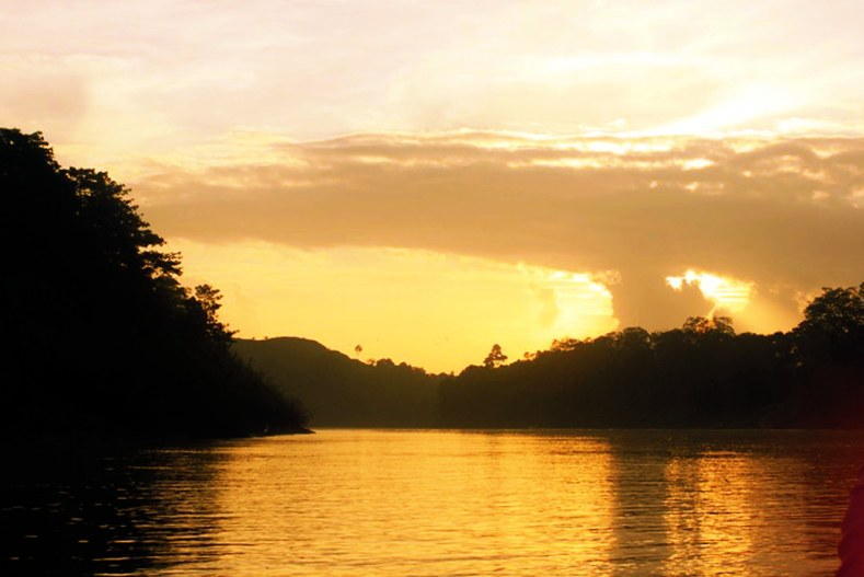 Solnedgang over Kinabatangan floden