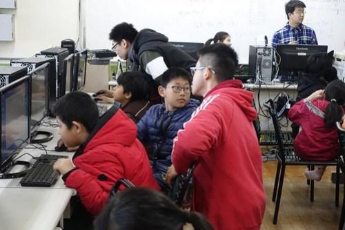 大學生指導學童Scratch基本操作