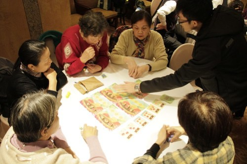 小農巴菲特桌遊助教帶領分組玩遊戲