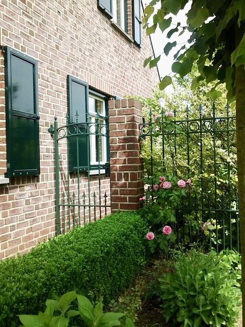 Ramen met luiken hekwerk tuin