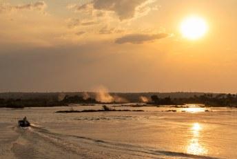 We reden verder naar Livingstone, waar we hadden afgesproken voor een sunset cocktail bij de Victoria Watervallen....