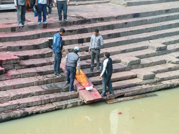 Lavando el cuerpo en el Bagmati