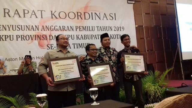 Komisioner KPU Tulungagung Mohammad Khoirul Anam (dua dari kanan) saat menerima penghargaan penyusunan daftar pemilih terbaik kedua se Jatim di Aston Hotel Madiun (21/12)
