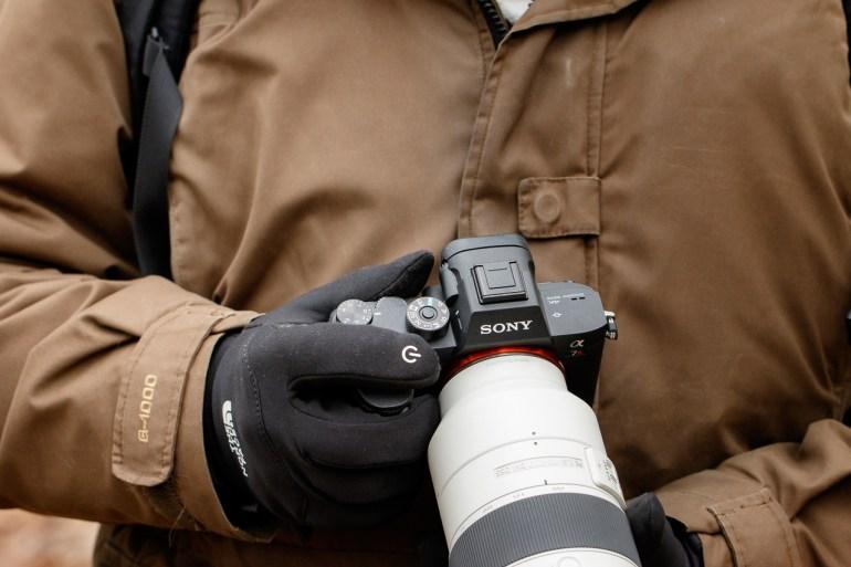 Bedienen met grote handen kan lastig zijn, met handschoenen ook. Hoewel ik geen grote handen heb is te zien dat de knoppen niet op de meest ideale plek kunnen zitten door het formaat van de camera.