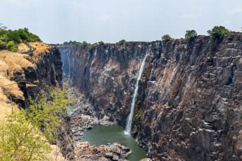 De watervallen zijn 1708 meter breed en 108 meter hoog. In het regenseizoen valt over deze hele breedte het water omlaag.