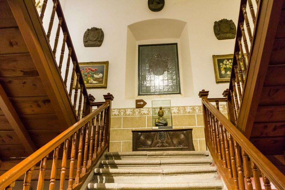 escalera interior edificio Palacio de los Davila Museo Perez Comendador Leroux de Hervas Caceres