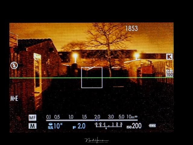 Het liveview beeld van de Fujifilm X100t in de avond. Er is hier voldoende licht voor het gebruik van dit beeld, maar in de donkere delen is niets meer te zien, alleen ruis. In een heel donkere omgeving is het gehele beeld dan zo donker.