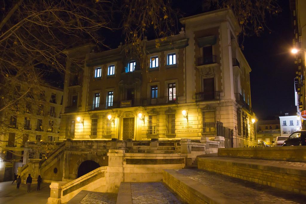 edificio Escuela Mayor de Danza de noche Madrid