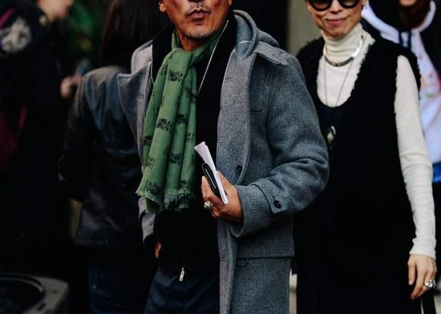 Bufanda masculina verde combinada con abrigo gris