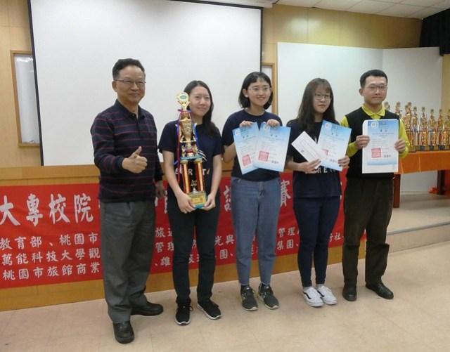 奪冠的Egret工作隊與評審中華旅行企業協會陳松桂理事長合影。